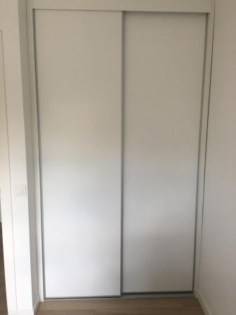 Armario empotrado. Puertas blancas correderas